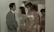 Người đàn ông méo mặt dù gặp toàn mỹ nhân trong thang máy