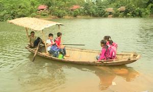 Học sinh lớp 4 Yên Bái đạp thuyền đến trường