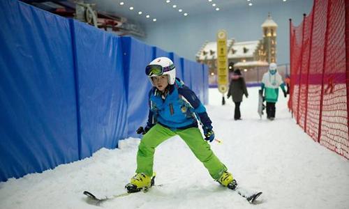Người chơi trong công viên Băng và Tuyết ở Cáp Nhĩ Tân. Ảnh: AFP.