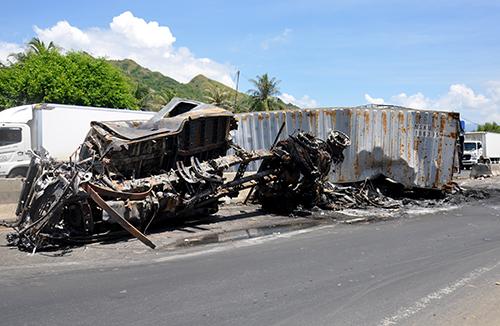 Container cùng ô tô tải cháy sau tai nạn liên hoàn. Ảnh: Xuân Ngọc