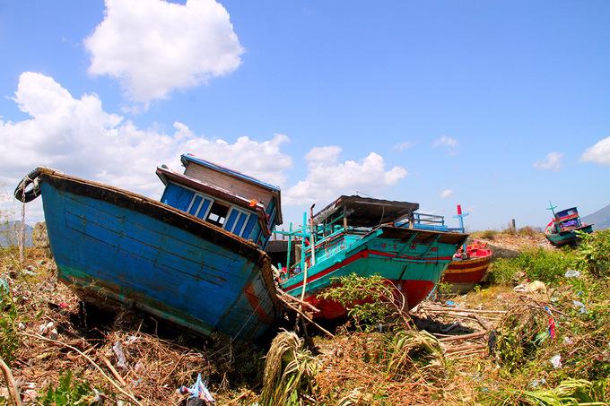 Hàng chục tàu cá bị bão đánh dạt lên bờ đê