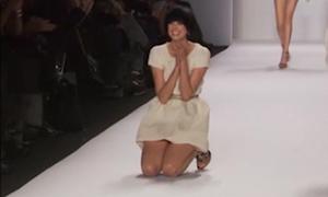 Người đẹp ngượng chín mặt vì vấp ngã trên sàn catwalk