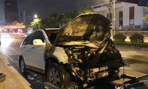 Xe máy bốc cháy dữ dội vì bị ôtô kéo lê dưới gầm