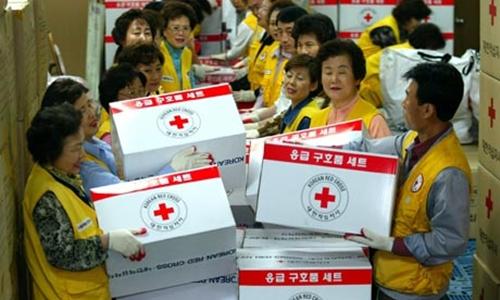 Nhân viên Chữ Thập Đỏ chuẩn bị hàng Red Cross workers prepare aid supply kits for North Korea during 2004s crisis