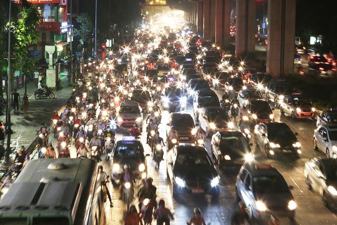 Mưa lớn giam chân dòng người trên phố Hà Nội