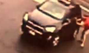 Phụ nữ trộm ôtô rồi táo tợn húc bay chủ xe