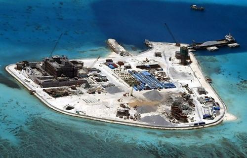 Trung Quốc xây phi pháp đảo nhân tạo trên đá Gạc Ma, thuộc quần đảo Trường Sa của Việt Nam. Ảnh: