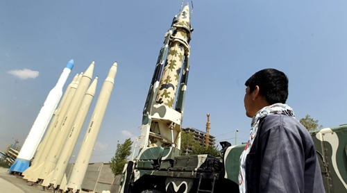 A man looks at Iranian-made missiles at Holy Defence Museum in Tehran © Raheb Homavandi / Reuters
