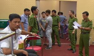 Người đánh bạc khóc khi cảnh sát ập vào tiệm game ở Đồng Nai