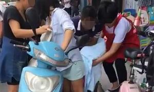 Bà mẹ Trung Quốc đẻ rơi con khi đang đi xe máy