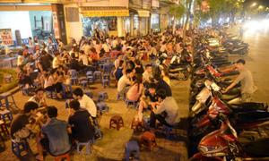Nhiều người Việt trẻ đang lãng phí thời gian vì ngồi lê 'chém gió' vỉa hè?