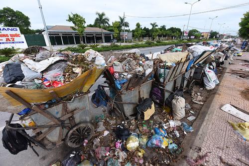 Hàng nghìn tấn rác thải nằm chờ trên đường phố thủ đô