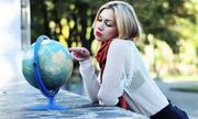 Con gì đi vòng quanh Trái Đất dù nằm yên một góc?