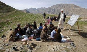 Lớp học tạm bợ ở những nơi nghèo nhất thế giới