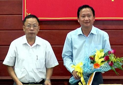 Ông Chánh (trái) tặng hoa Trịnh Xuân Thanh khi về làm Phó chủ tịch Hậu Giang. Ảnh: Cửu Long.