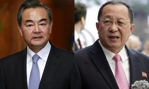 Ngoại trưởng Trung Quốc Vương Nghị (trái) và người đồng cấp Triều Tiên Ri Yong-ho. Ảnh: Reuters/AP.