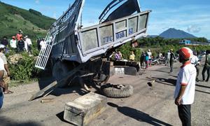 Tàu hỏa đâm xe tải biến dạng, một người bị thương nặng