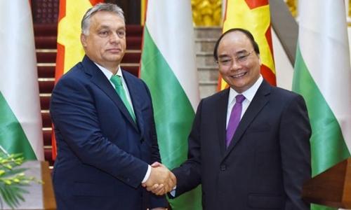 Thủ tướng Nguyễn Xuân Phúc bắt tay Thủ tướng Hungary Viktor Orban. Ảnh: Reuters.