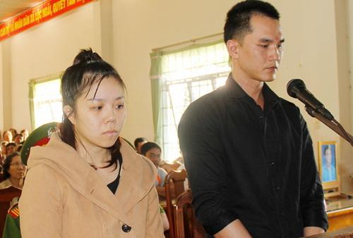 Đức và Hương tại phiên tòa sáng nay. Ảnh: Hoài Thanh