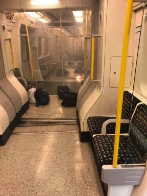 Balô, đồ đạc bị bỏ lại, hành khách sơ tán khi vụ cháy xảy ra.