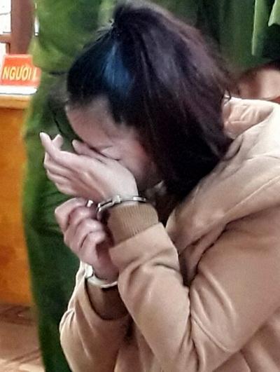 Vợ nạn nhân liên tục khóc tại tòa khi hối hận về hành vi phạm tội của mình. Ảnh: Hoài Thanh