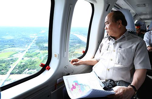 Thủ tướng Nguyễn Xuân Phúc thị sát vùng ĐBSCL bằng trực thăng. Ảnh: TTXVN