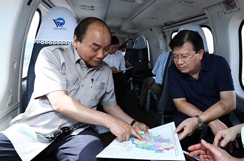 Thủ tướng Nguyễn Xuân Phúc trao đổi với Phó Thủ tướng Trịnh Đình Dũng.