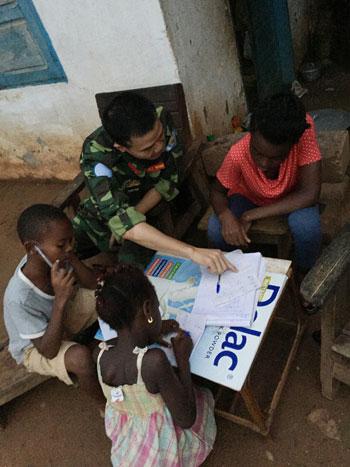 Lớp học của sĩ quan gìn giữ hòa bình Việt Nam ở Trung Phi