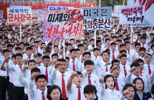 Người dân Triều Tiên tuần hành phản đối Mỹ ở quảng trường Kim Nhật Thành, Bình Nhưỡng, ngày 23/9. Ảnh: KCNA.