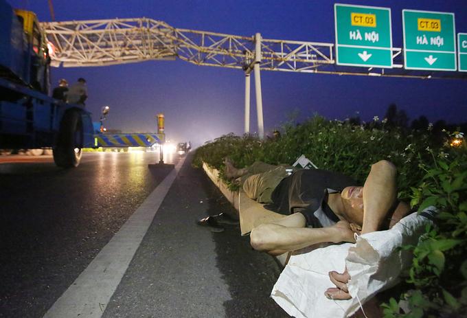 Tài xế ngủ trên quốc lộ 1A vì tắc nghẽn giao thông