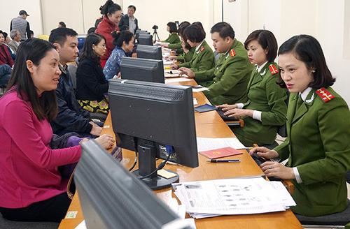 Người dân làm thủ tục cấp thẻ CCCD tại Hà Nội. Theo Đại tá Phùng Đức Thắng sẽ không còn tình trạng gián đoạn cấp CCCD. Ảnh:Giang Huy.
