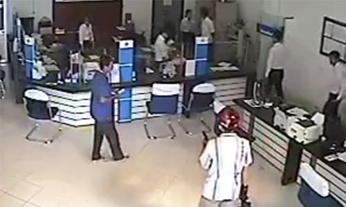 Nghi can dùng súng cướp ngân hàng ở Vĩnh Long đã tự sát