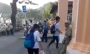 Hàng trăm học sinh chuyên Lê Hồng Phong cúi chào bác dân phòng