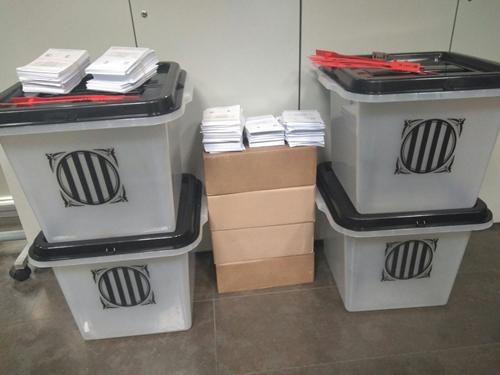 Các hòm phiếu bị cảnh sát Barcelona, Tây Ban Nha, tịch thu. Ảnh: Twitter/@interiorgob.