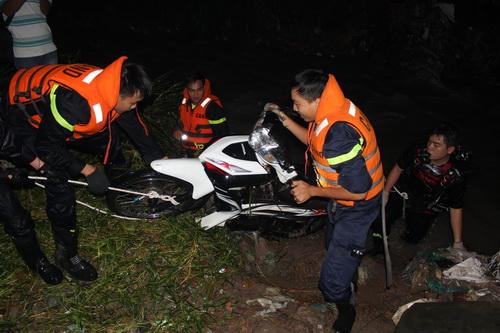 23h ngày 30/9, lực lượng cứu hộ đã tìm thấy xe máy nạn nhân cách hiện trường chừng 50 m. Ảnh: Phước Tuấn
