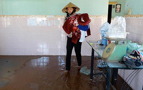 Người dân ở Vũng Tàu sơ tán tài sản sau sự cố vỡ kênh, nước tràn vào nhà. Ảnh: Xuân Thắng