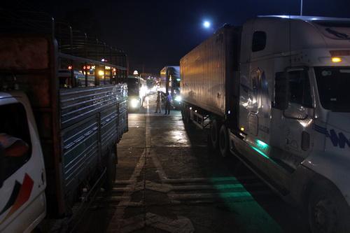 Quốc lộ 1 kẹt xe cục bộ khi tài xế đưa tiền lẻ qua trạm tối 2/10. Ảnh: Phước Tuấn