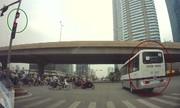 Ôtô vượt đèn đỏ dừng xe giữa đường Hà Nội