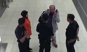 Người nghi là Kim Jong-nam đầm đìa mồ hôi, ôm đầu khi dính chất độc