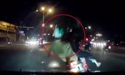 Dừng xe giữa đường chờ đèn đỏ bị ôtô tông ngã