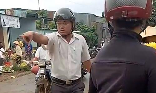 Trưởng công an xã liên tục quát tháo, đá văng hàng hóa của dân. Ảnh: Cắt từ video.