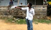 Người đàn ông trổ tài uống nước khiến đám đông khâm phục