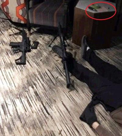 Thi thể nghi can Stephen Paddock tại phòng khách sạn Mandalay Bay. Ảnh: Sun.
