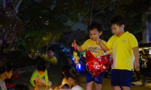 Trẻ em Sài Gòn thắp nến, rước đèn trong công viên