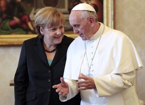 Giáo hoàng Francis và Thủ tướng Đức Angela Merkel. Ảnh: Reuters.