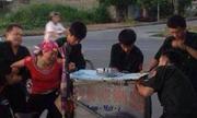 Người phụ nữ gào khóc giằng xe kem bán rong với 6 dân phòng