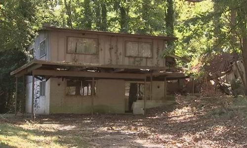 Ngôi nhà nơi bộ xương của người đàn ông khuyết tật được phát hiện. Ảnh: WSB-TV.