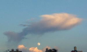 Mây kết hình 'cá vờn trăng' đêm trung thu
