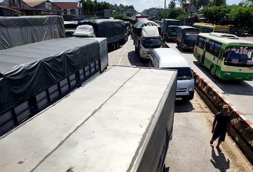 Quốc lộ 1A đoạn qua trạm BOT tuyến tránh Biên Hòa tê liệt khi các tài xế không chịu di chuyển xe. Ảnh: Phước Tuấn.