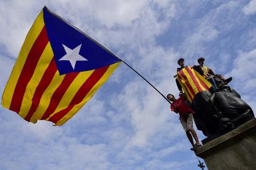 Người biểu tình ủng hộ Catalonia độc lập xuất hiện ở Barcelona hôm 2/10. Ảnh: AFP.